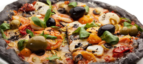 pizza nera con carbone vegetale