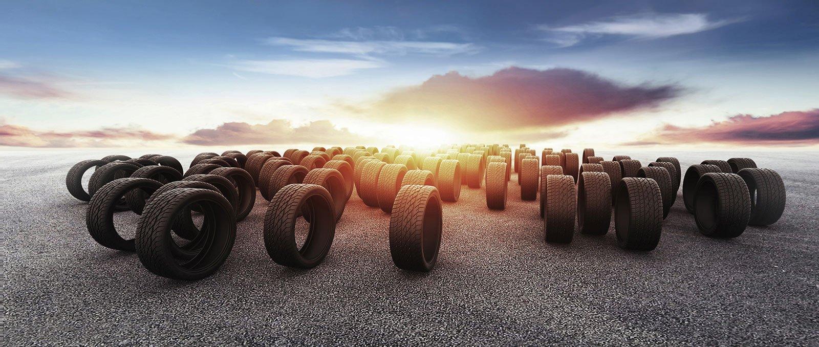 pneumatici su strada e tramonto
