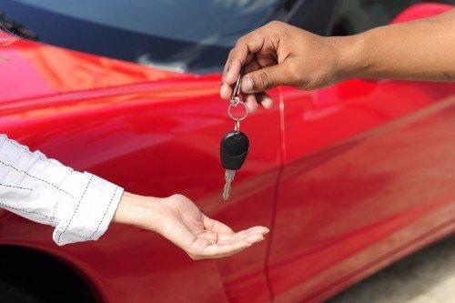 operatore consegna chiavi auto a noleggio