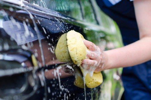 auto durante lavaggio a mano