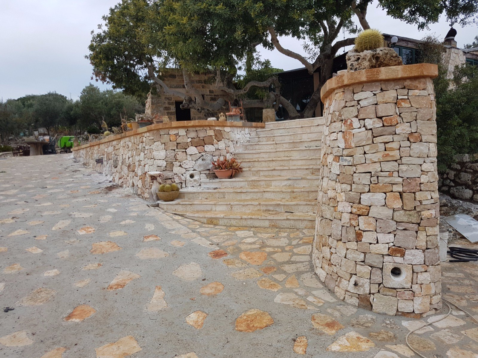 Muro e pavimento esterni in pietra