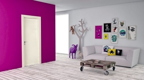 una porta da interno di color avorio