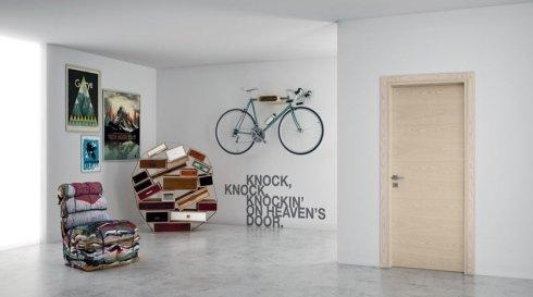una porta da interno in legno