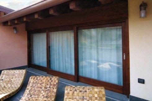 delle porte scorrevoli in vetro da esterno