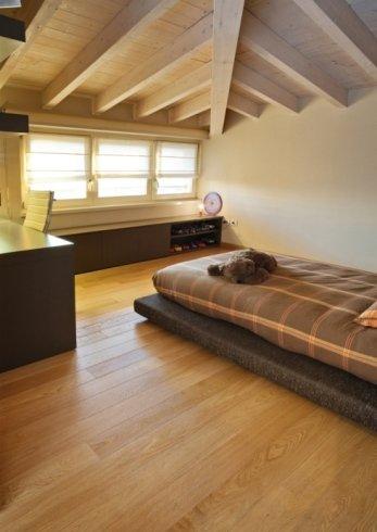 una stanza con un pavimento in parquet