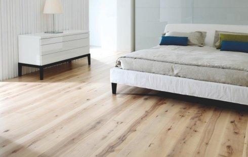 una stanza con un pavimento in legno chiaro