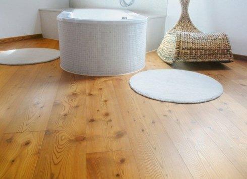 un bagno con un pavimento in legno