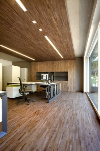 uno studio con un pavimento e muri rivestiti in legno