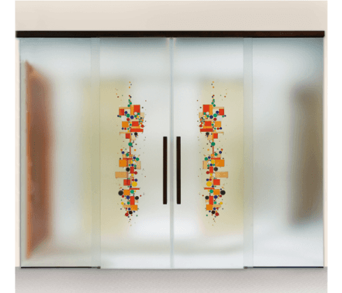 delle porte vetro a scrigno con dei disegni  multicolore