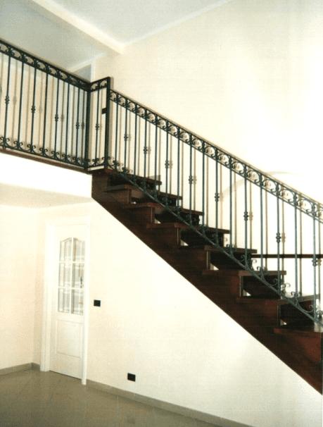 Scale in legno con ringhiera in ferro battuto