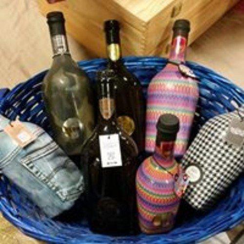 Cassa con sette bottiglie con diversi colori e progettazione