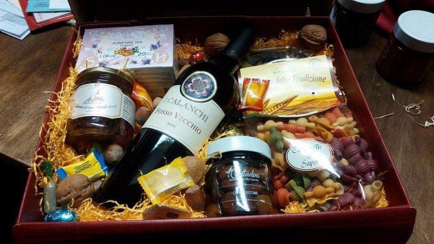 Cassa con bottiglia di vino Calanchi, pasta secca, dolci, olive....
