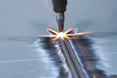 Macchine per forare lamiere metalliche.