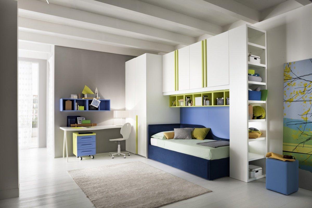 Camerette con mobili bianchi,letto blu e tavola di studio