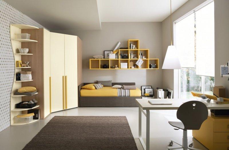 Camarette giallo,scalfalle giallo e tavola di studio