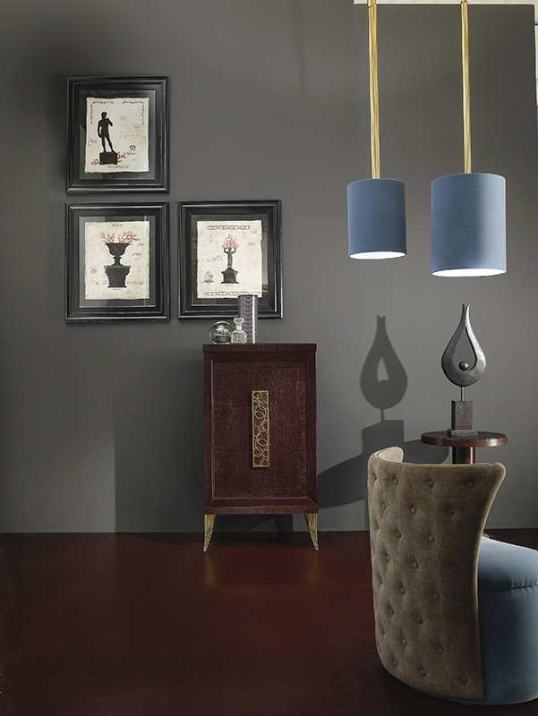 Una poltrona di colore grigio e due lampadari di color azzurro