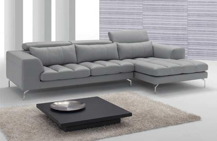 un divano angolare di color grigio chiaro