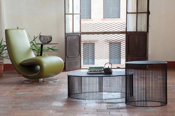 salotto moderno con tavolinetti e poltrona verde