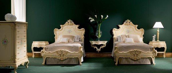 letto classico con inserti in oro