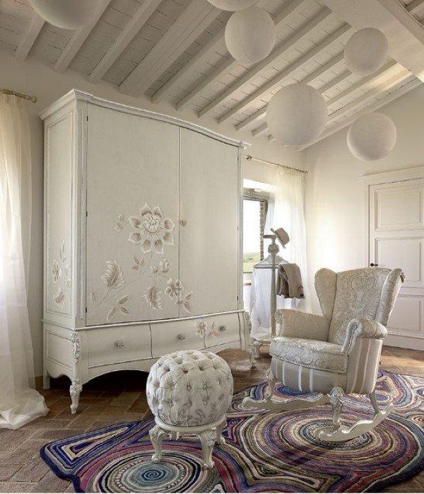 Camera con armadio e poltrona in stile contemporaneo