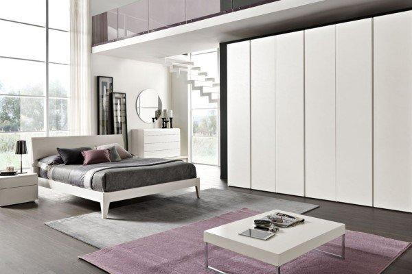 camera da letto moderna bianca con inserti in metallo