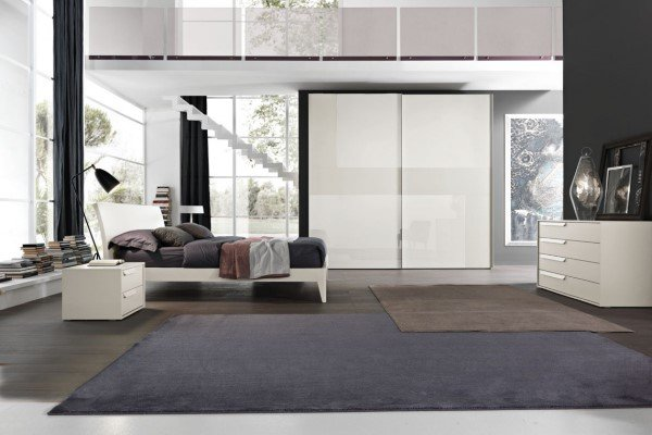 camera da letto moderna con letto e armadio