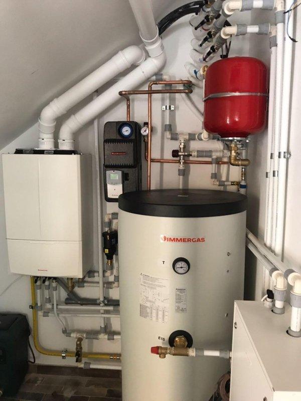 Impianto termico alimentato a gas con caldaia a Condensazione. Solare termico integrazione acqua cAlda sanitaria