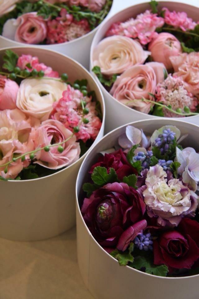 ceste con composizioni floreali