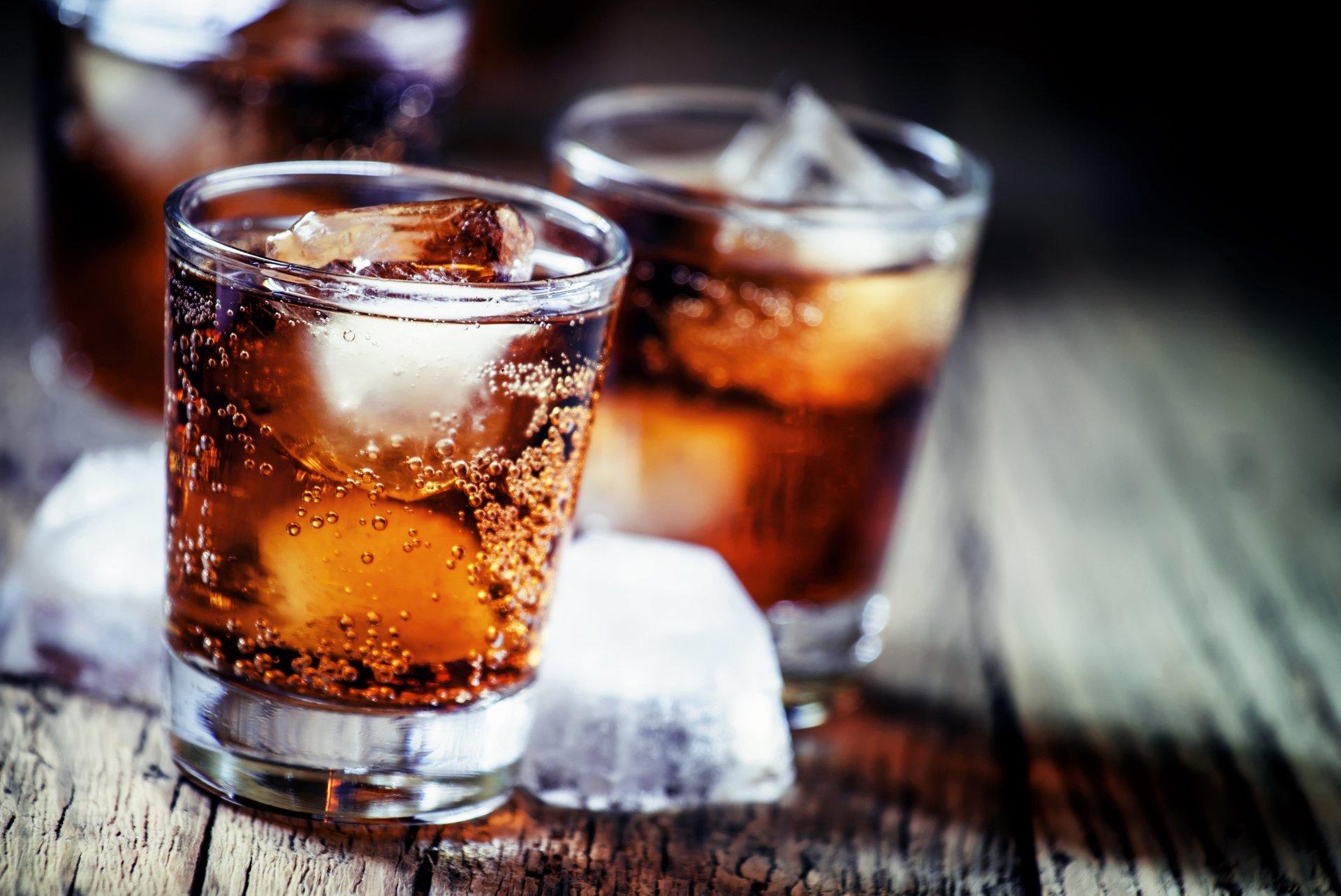 due bicchieri con una bevanda e ghiaccio