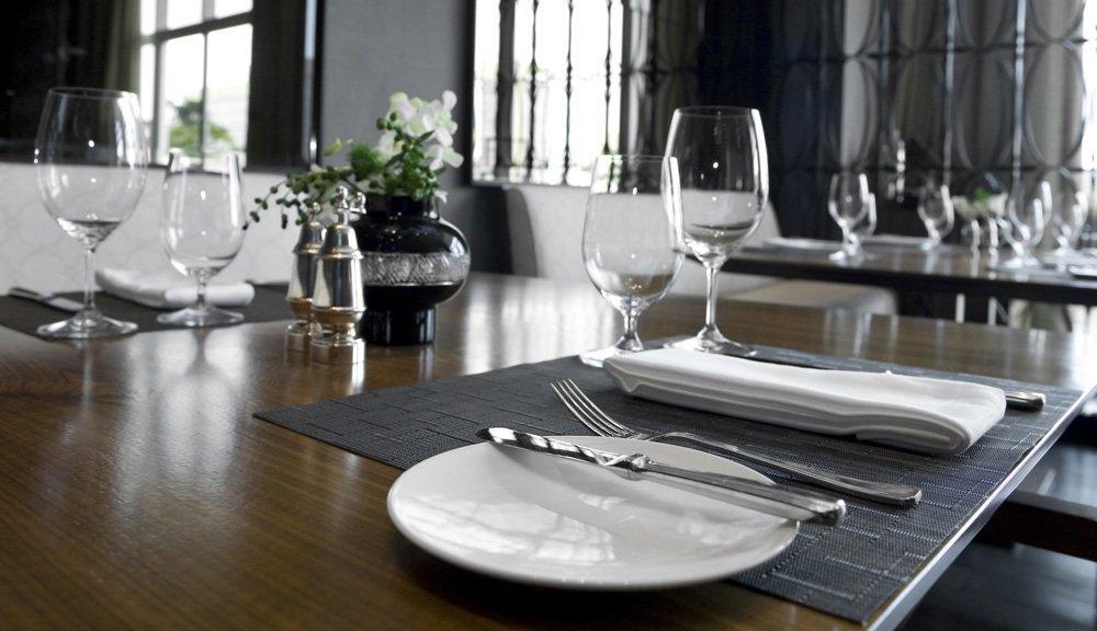 tavola apparecchiata  con posate, bicchieri, tovaglioli