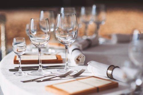 bicchieri, forchette e tovaglioli su una tavola elegante apparecchiata