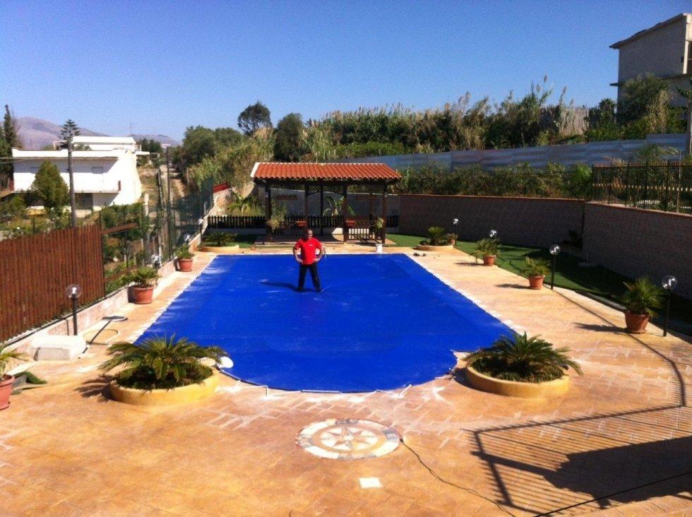 Telo blu per piscina