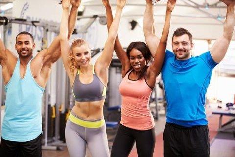 atleti sorridenti  con le braccia alzate