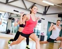 atleti che svolgono esercizi di tonificazione