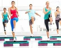 ragazze che fanno allenamento aerobico