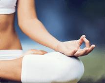 particolare del braccio e della gamba di una atleta mentre fa yoga