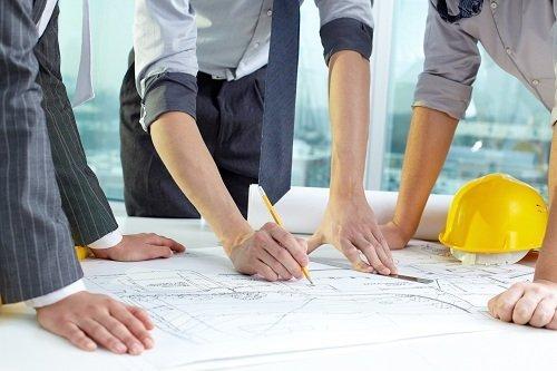 Un uomo spiega dei progetti edilizi