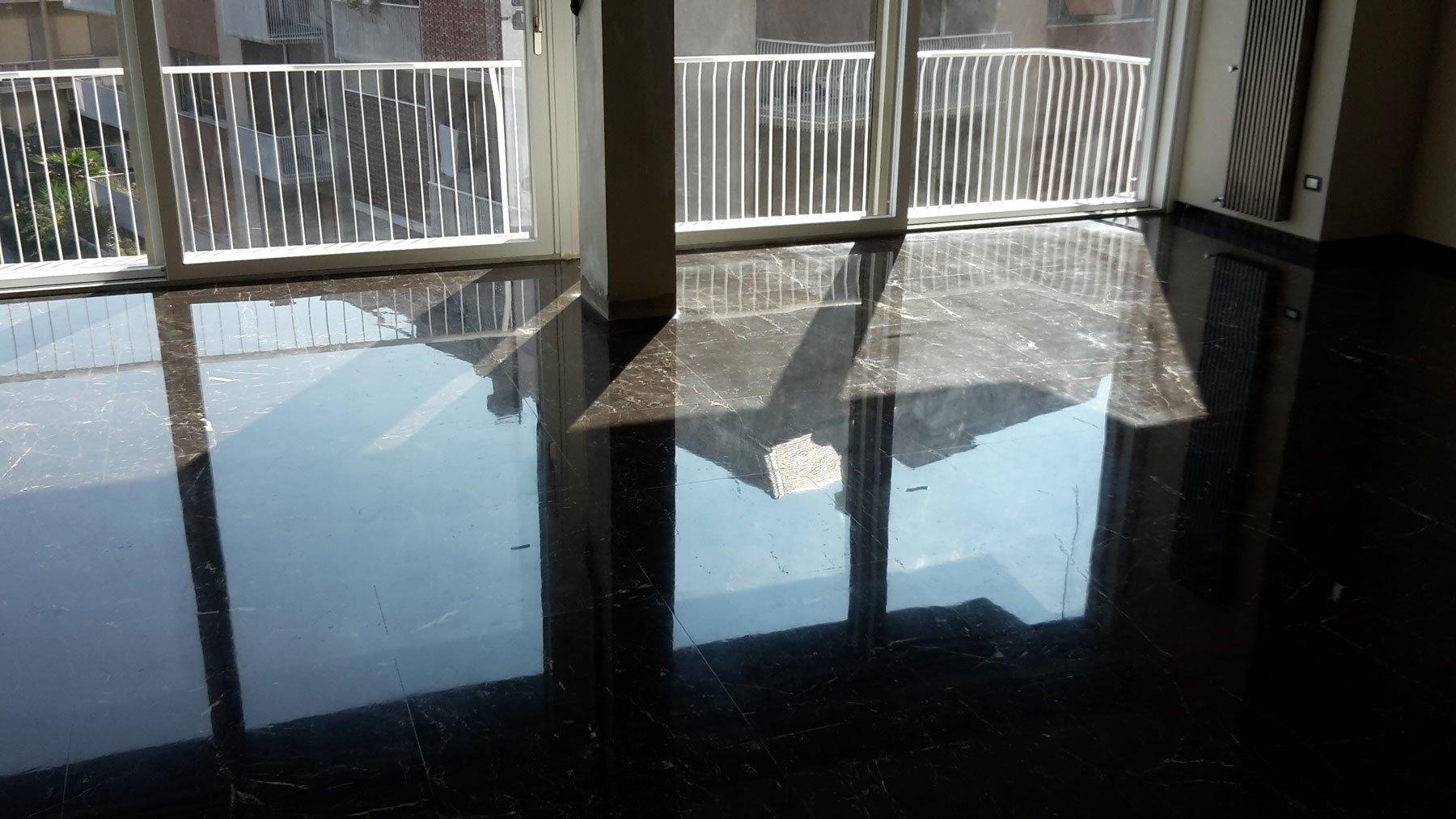 Un pavimento in marmo lucidato
