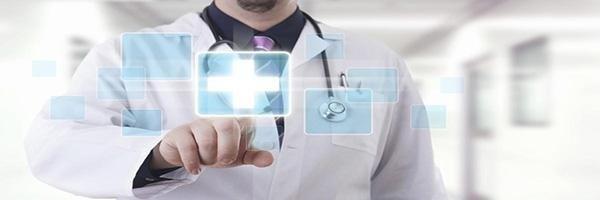 un medico che con un dito preme un'immagine digitale di una croce di emergenza