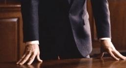 una mano appoggiate su una scrivania