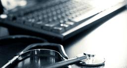 uno stetoscopio e una tastiera del computer