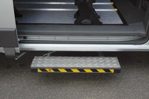 Abbatte l'altezza della pedata di accesso per entrare nel veicolo