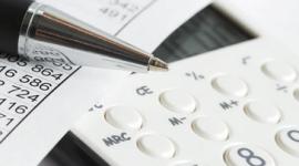 calcolatrice, fogli con numeri, punta di una penna a sfera
