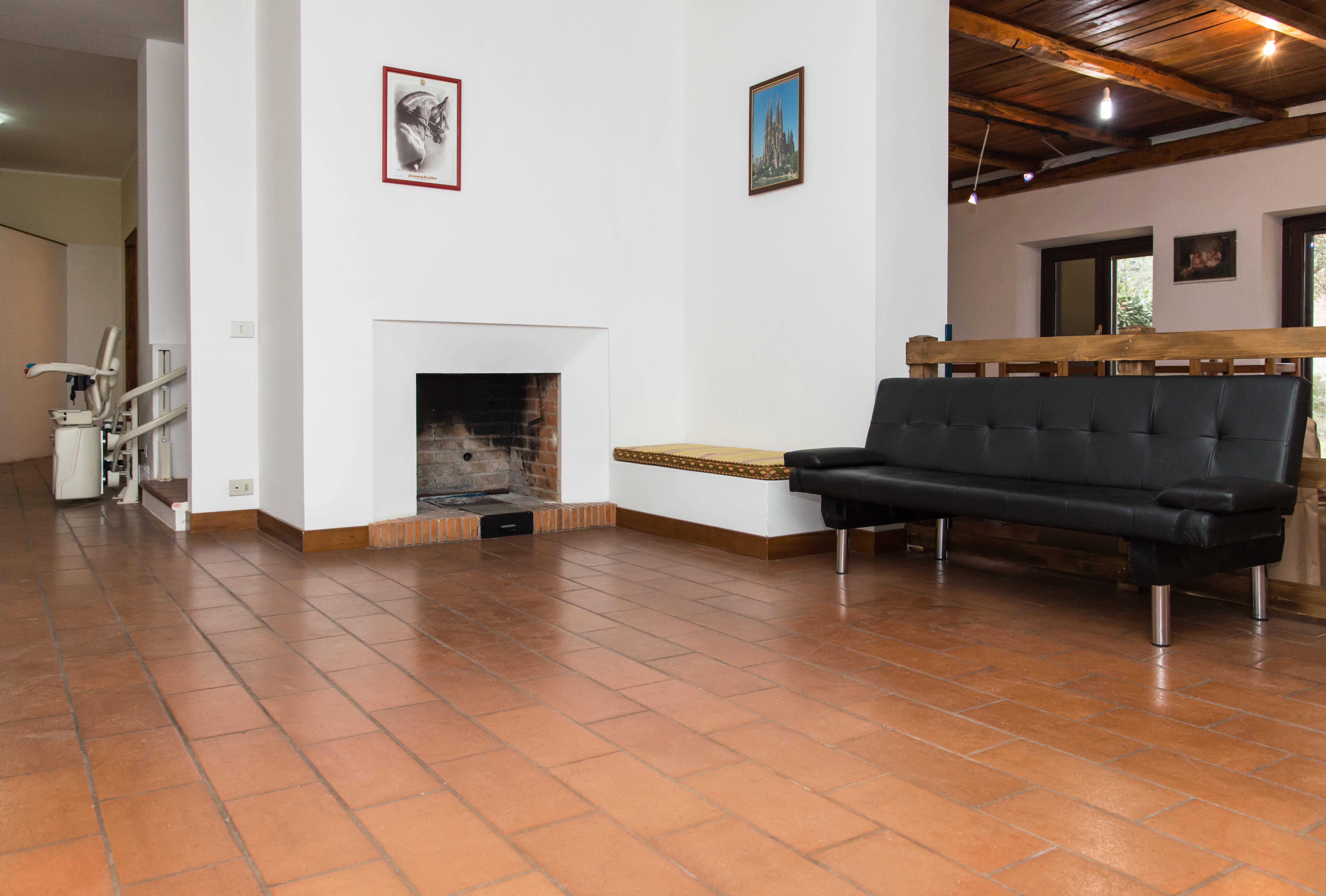 salone con divano nero