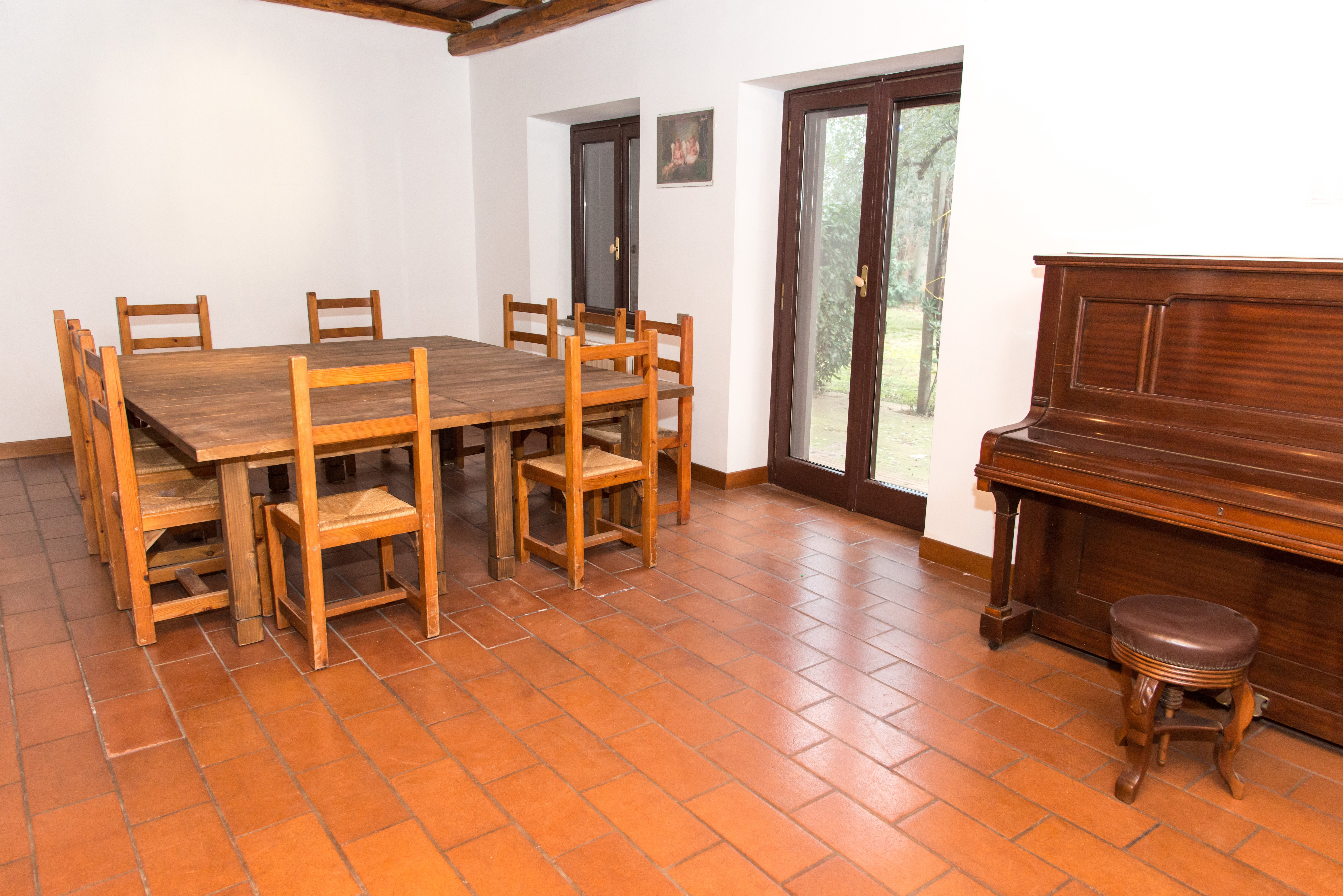 tavolo e in legno e pianoforte