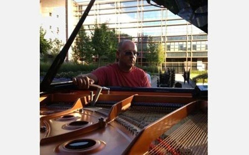 Accordatura di un pianoforte a coda in esterno prima di un concerto