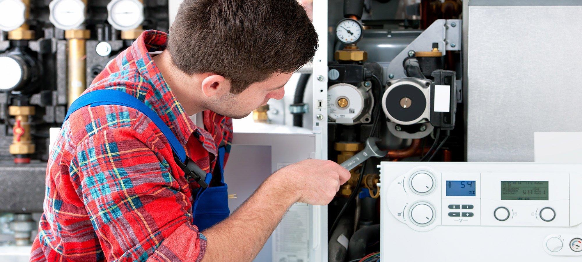Addetto manutenzione della caldaia a gas
