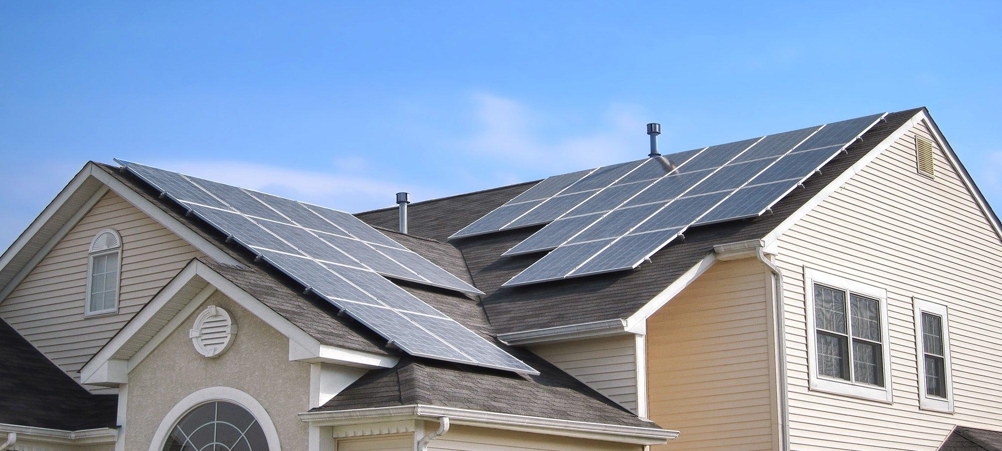 Pannelli solari sul tetto di una casa a Cesena