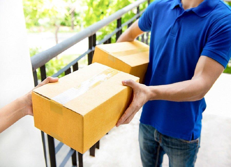 corriere alla consegna di un pacco