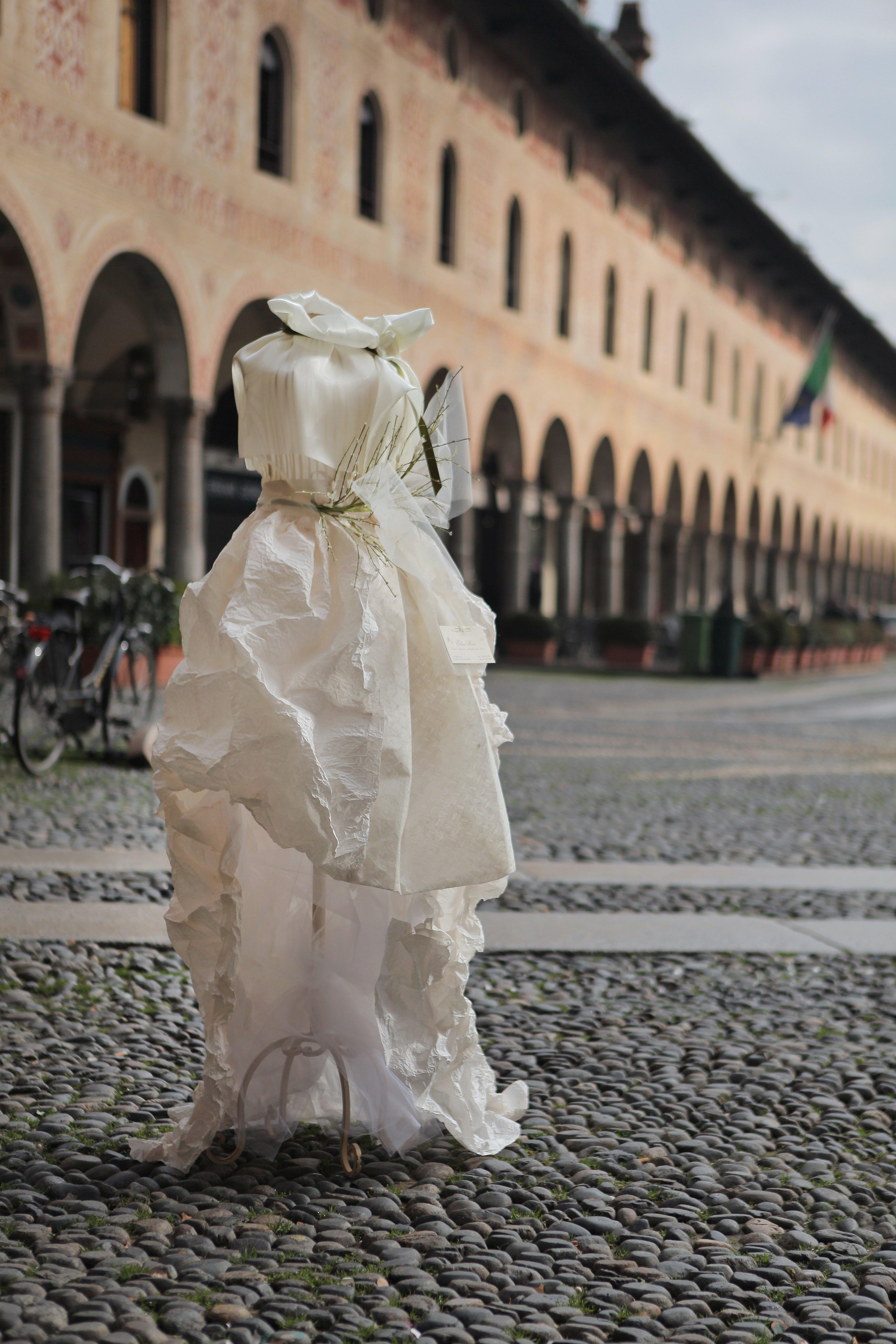 statua fatta di carta in una piazza
